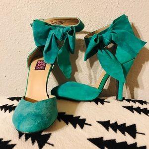 Beautiful green suede bow heels 👠